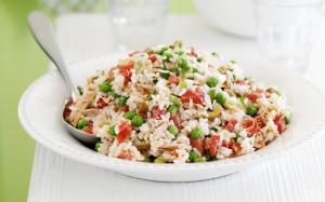 Рисовый салат из скумбрии