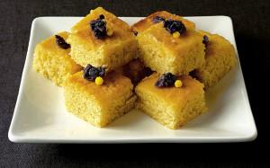 Лимонный торт с засахаренными фиалками